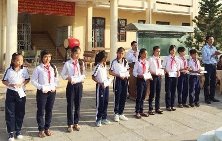 Học sinh Trường THCS Thuận Hòa nhận học bổng Grobest.