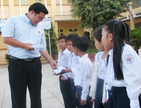Đại diện Công ty Grobest trao học bổng cho học sinh Trường Tiểu học Quang Trung.