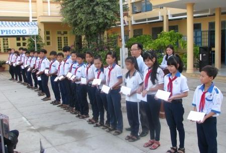 Học sinh Trường THCS Lê Hồng Phong nhận học bổng của Cty Grobest.