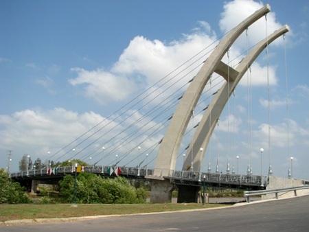 Cầu Trang An nổi bật bắc qua kênh 30/4.