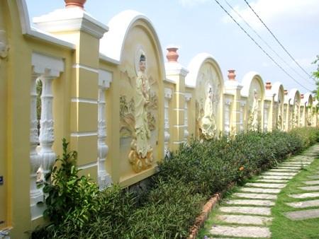 Hàng rào trong và ngoài bao quanh chùa ấn tượng với các hình tượng Phật được khắc ngay trên tường.