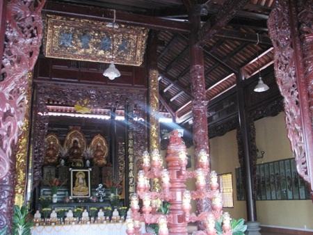 Lịch sử người xây dựng nên ngôi chùa được khắc trang trọng trên tường dựng đối diện chánh điện.