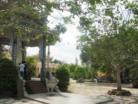 Tĩnh lặng với hồ sen, cây xanh phủ khắp khuôn viên chùa.