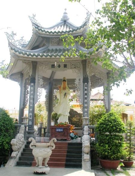 Nổi bật với những bức tượng Phật khổng lồ.
