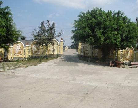 Từ phía bên trong chùa nhìn ra cổng chính.
