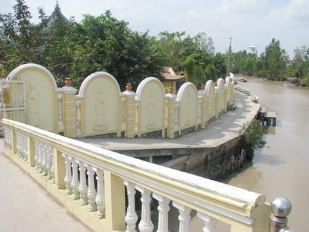 Chùa nằm uốn quanh một dòng sông nhỏ chảy quanh thị trấn.