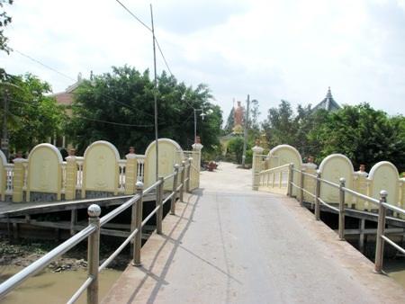 Một cây cầu nối tuyến đường vào ngay cổng chính của chùa.