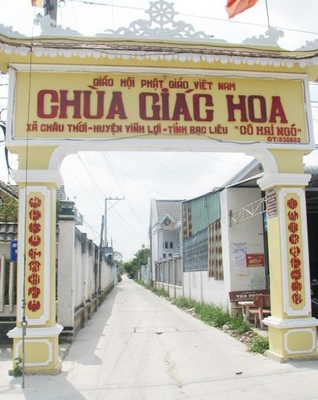 Cổng vào chùa Giác Hoa nằm cạnh QL1A.