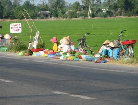 Hàng nông sản tươi sống rau củ, cá, ốc...cũng được người dân mang ra phục vụ khách thập phương.