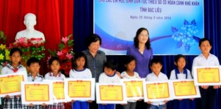 Trao học bổng Vừ A Dính cho học sinh nghèo Bạc Liêu. (Ảnh: CTTĐT Bạc Liêu)