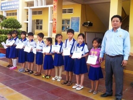 Đại diện Cty Grobest tại Cà Mau trao học bổng cho học sinh Trường Tiểu học Nguyễn Văn Trỗi.