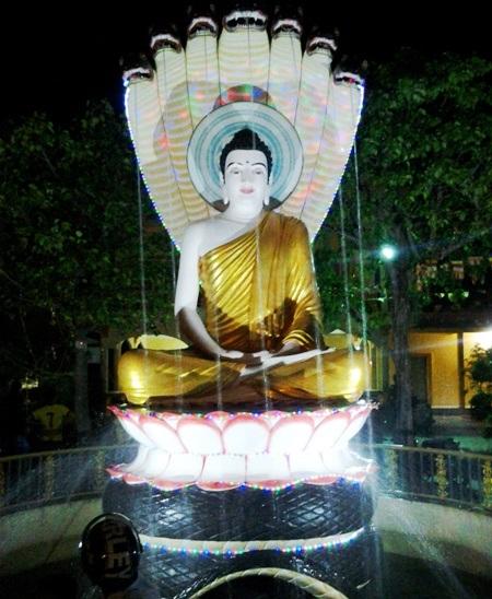 Một tượng Phật được trang trí rực rỡ đón năm mới.