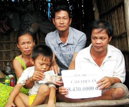 PV Dân trí trao tiền bạn đọc đến gia đình anh Huyện.