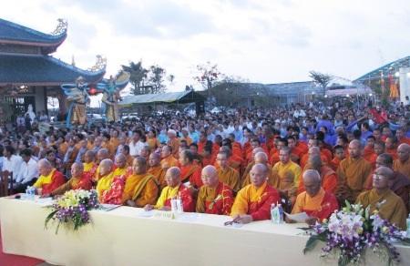 Khung cảnh đại lễ cầu siêu vì quốc thới dân an với sự tham gia của hàng trăm tăng ni, phật tử.