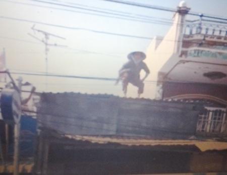 Bà Châu Thị Ba leo lên nóc nhà bà Lén, tiếp tục có hành vi thách thức pháp luật.