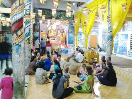 Người dân tập trung trong chánh điện, thắp nhang cầu bình an năm mới.