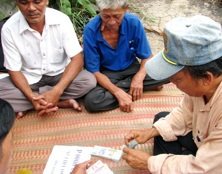Đại diện địa phương kiểm đếm lại số tiền bạn đọc hỗ trợ cho gia đình anh Huyện - chị Lan.