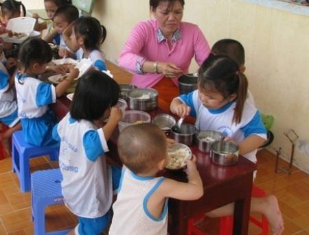 Một bữa ăn của các cháu tại một trường mẫu giáo ở Hậu Giang. (Ảnh minh họa)