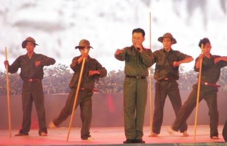 Tạ Minh Tâm thể hiện một ca khúc cách mạng mừng giải phóng.