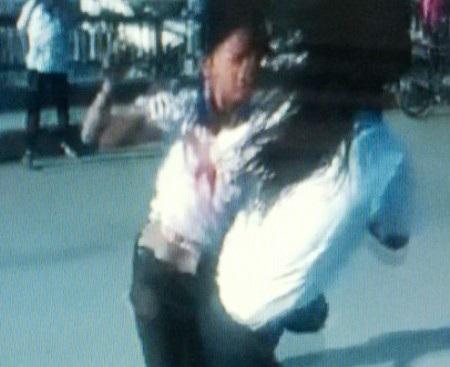 Hai học sinh nữ đang đánh nhau. (Ảnh cắt từ clip)
