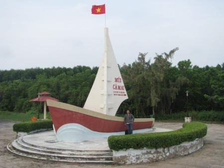 Tượng đài ở trung tâm TP Cà Mau ngày nay rực rỡ đèn màu. (Ảnh: Huỳnh Hải)