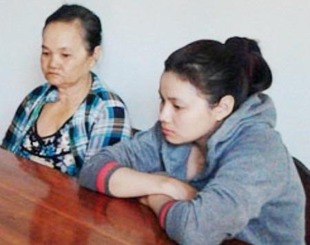 2 mẹ con Nguyễn Thị Tròn tại cơ quan công an.