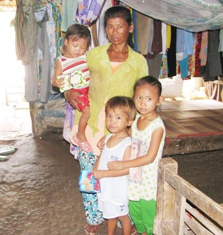Miếng ăn, cái mặc và tương lai của 3 cháu bé này rất cần sự sẻ chia của các tấm lòng hảo tâm.