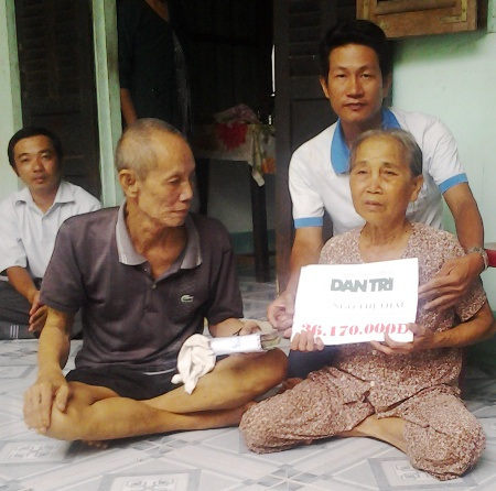 PV Dân trí trao tiền bạn đọc đến gia đình bà Ngô Thị Thai.