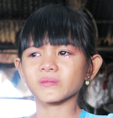 Khuôn mặt nhạt nhòa nước mắt của cháu bé 9 tuổi Phạm Tú Như khi nói đến bệnh tình của mẹ cháu.