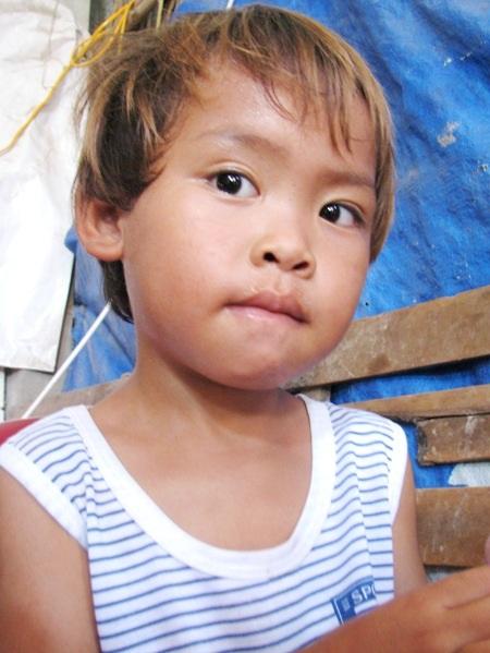Cháu Cu 5 tuổi mỗi khi đói cứ bỏ đi tìm ba.