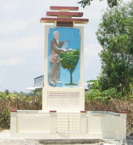 Bia kỷ niệm Cây vú sữa miền Nam với Bác Hồ được xây dựng trước nhà bà má Tư Lê Thị Sảnh.