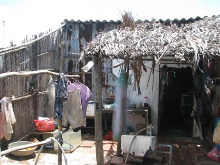 Căn nhà trú ngụ của 3 đứa nhỏ, có chỗ chẳng còn che nổi nắng mưa.