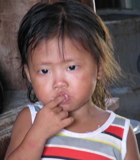 Mỗi khi cháu khóc đòi mẹ, đòi kẹo, bà Phượng chỉ biết khóc cùng cháu vì chẳng biết phải làm sao.