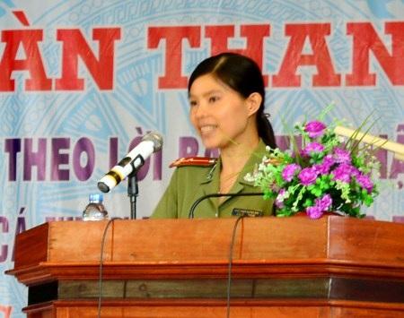 Thượng úy Quỳnh Mai trong một lần tham gia diễn đàn tuổi trẻ ĐBSCL.