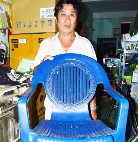 Ông Lê Thanh Hải với chiếc ghế ông dùng chống đỡ những vết chém của đối tượng Tín.