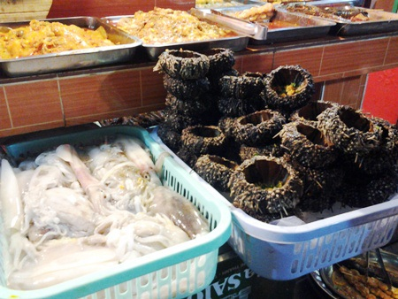 Các loại mực, cá, tôm, ốc...sẵn sàng cho khách lựa chọn.