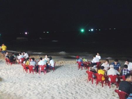 ... hoặc ở dưới bãi cát ngoài trời để có thể vừa ăn uống vừa ngắm biển Phú Quốc về đêm.