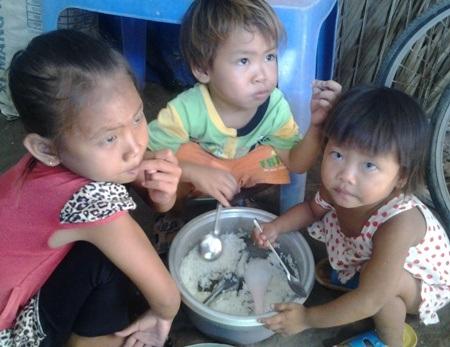 Có bữa 3 cháu bé chỉ ăn cơm trắng với muối hột.