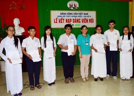 Các học sinh được kết nạp vào Đảng.