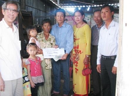 PV Dân trí trao 5 triệu đồng đến gia đình bà Phượng.