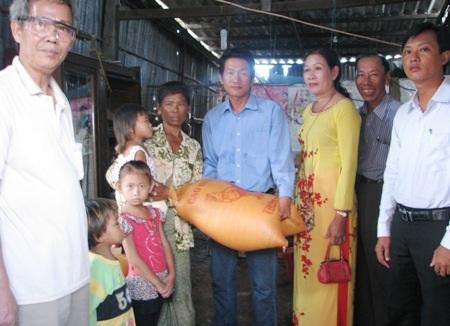 Trao 100kg gạo đến 4 bà cháu bà Phượng.