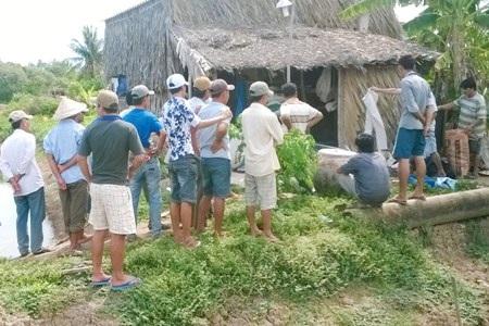 Người dân tập trung tại hiện trường nơi Tuấn treo cổ tự tử.