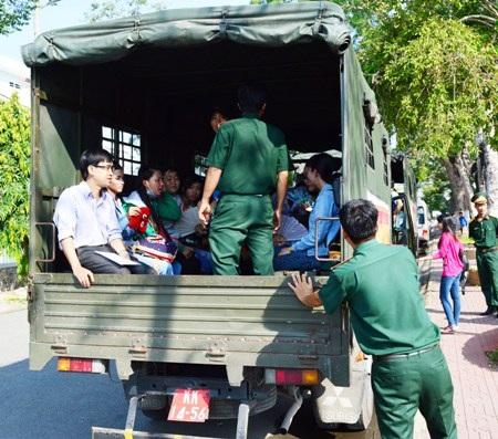 Hỗ trợ đưa thí sinh đi thi bằng xe quân sự.