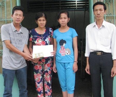 PV Dân trí trao tiền bạn đọc đến gia đình ông Hà Văn Lâm.