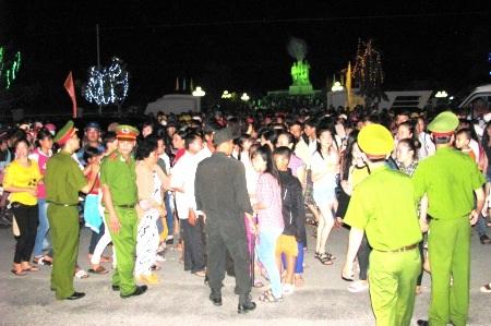 Khu vực tuyến QL1A trước trung tâm hành chính huyện bị kẹt xe do lượng người đổ về rất đông.