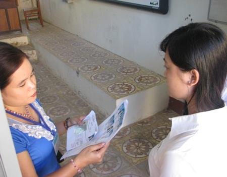Cán bộ coi thi gọi tên và kiểm tra giấy tờ thí sinh.