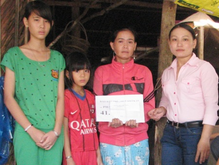 Đại diện UBMTTQ và UBND huyện Đông Hải trao tặng quà cho gia đình chị Thắm.