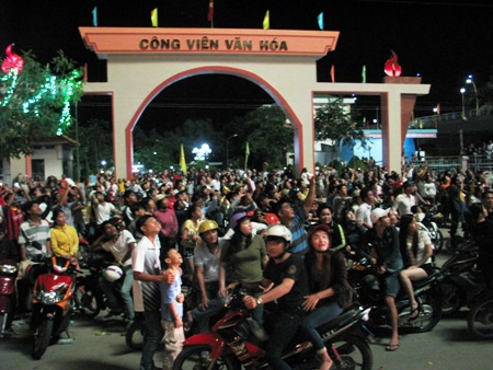 Hàng ngàn người chen chân trong khu vực trung tâm và ngoài QL1A xem bắn pháo hoa.
