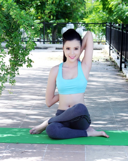 Huỳnh Thúy Vi khỏe khoắn tập yoga.