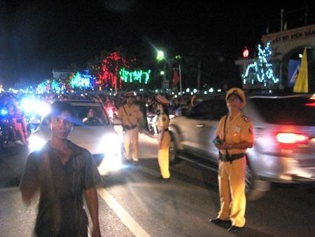Lực lượng CSGT khá vất vả để điều tiết giao thông trong giờ bắn pháo hoa.